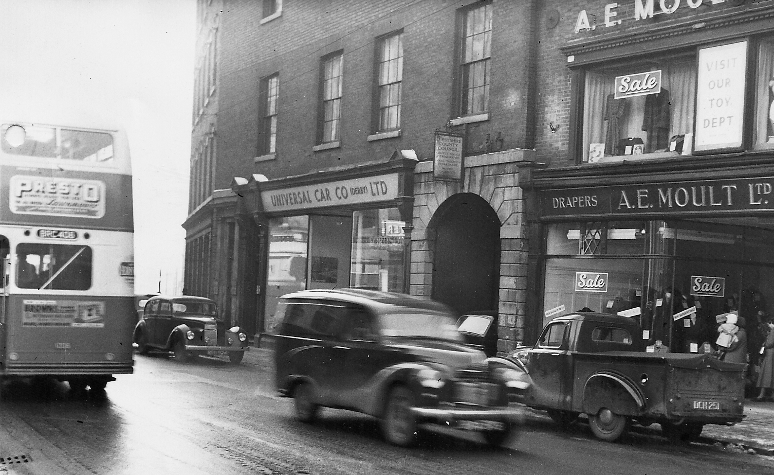 Irongate in the 1950s. Today, the area isn't so busy with traffic but still thrives as part of the Cathedral Quarter.